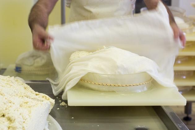 用奶酪布把凝乳包好
