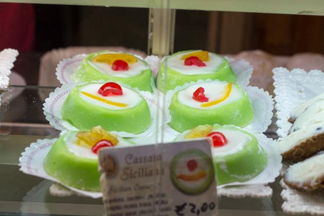 CASSATA(精致的海绵蛋糕包裹的乳清奶酪,外面覆盖一层杏仁蛋白软糖、糖霜和水果蜜饯)