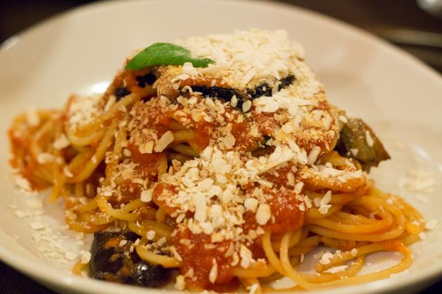 意大利面配茄子、RICOTTA SALATA奶酪、番茄和罗勒