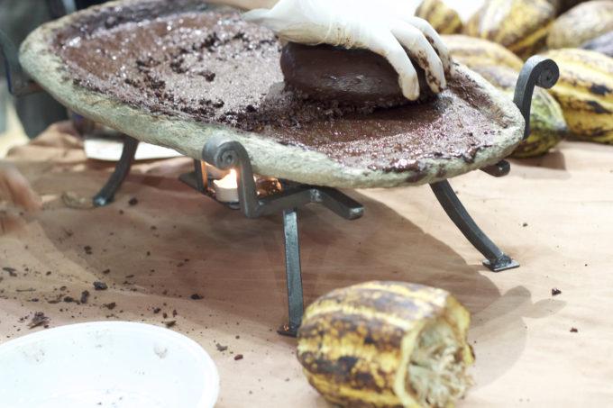 2014年品味大会上,把可可磨成糊状,用来制作巧克力