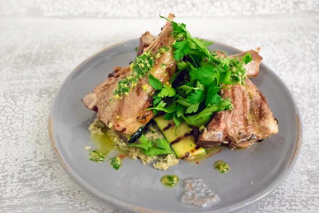 Costolette di agnello alla griglia con salsa verde (羊排配欧芹酱)