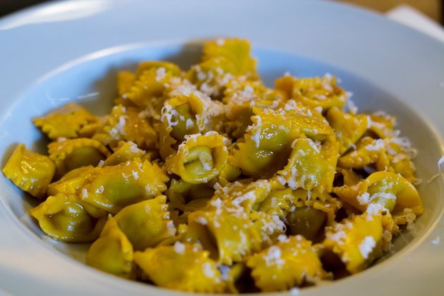 AGNOLOTTI(填馅意大利面,可以用烘焙、焖或炖的混合肉类填馅和鸡蛋拌在一起填馅,也可以用莴苣、甜菜、卷心菜、菠菜混合在一起填馅,也可以用大米填馅,用水或肉汤煮熟,佐以SUGO DI ARROSTO(烘烤肉汁)、黄油、鼠尾草和巴马臣奶酪;或者单独食用)