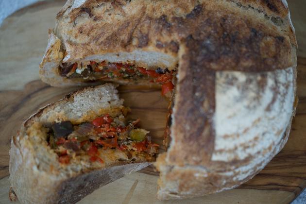 填在面包卷或面包中的Ciambotta
