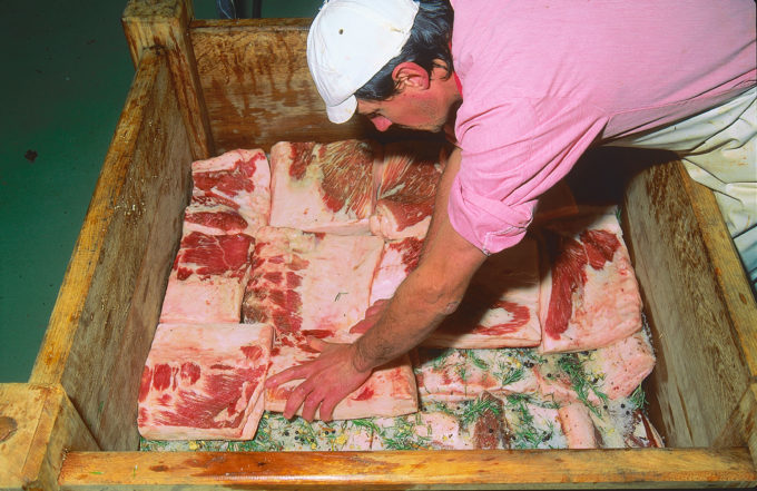 把正方形的猪肉脂肪放到木头doils中,Bertolin拍摄