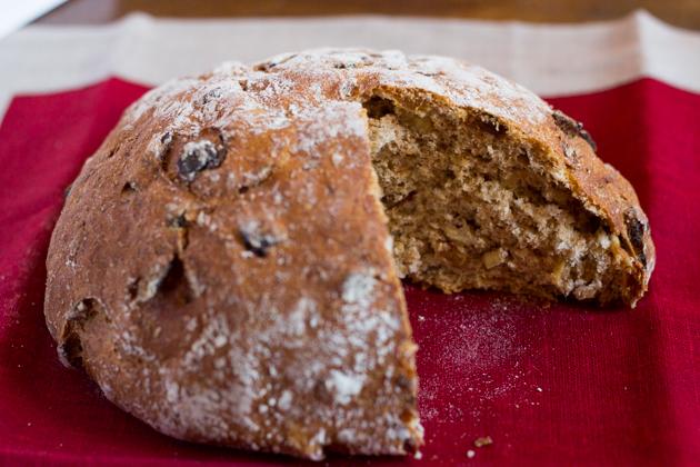 黑麦面包配核桃和无花果