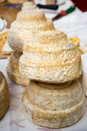MONTEBORE奶酪(一种稀有的牛奶和羊奶奶酪,形成像结婚蛋糕,这是由本笃会僧人在12世纪发明的)