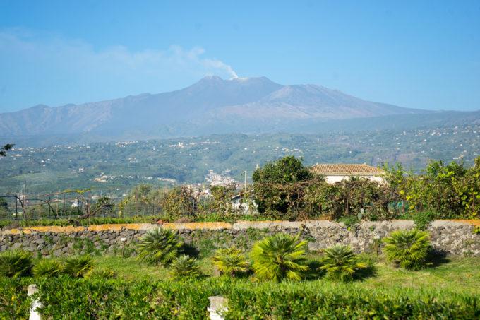 埃特纳山,一座活火山,就在卡塔尼亚不远