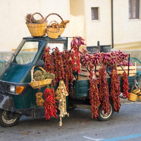 一辆小卡车车,售卖卡拉布里亚本地产品:辣椒、牛至叶和特罗佩亚洋葱