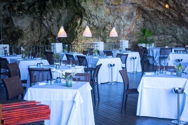 GROTTA PALAZZESE餐厅放置在海边山洞上的餐桌