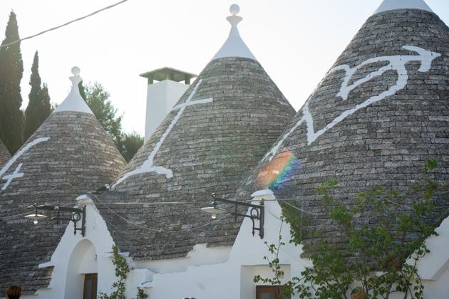 阿尔贝罗贝洛(ALBEROBELLO)的特鲁利房屋,屋顶上有白石灰涂的基督教符号