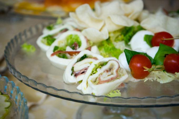 马苏里拉奶酪卷沙拉和意大利风干火腿