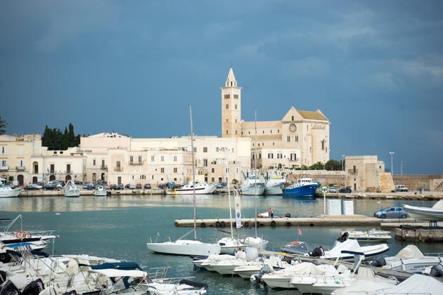 特拉尼古老的港口,中间靠右是建于11至13世纪的罗马教堂