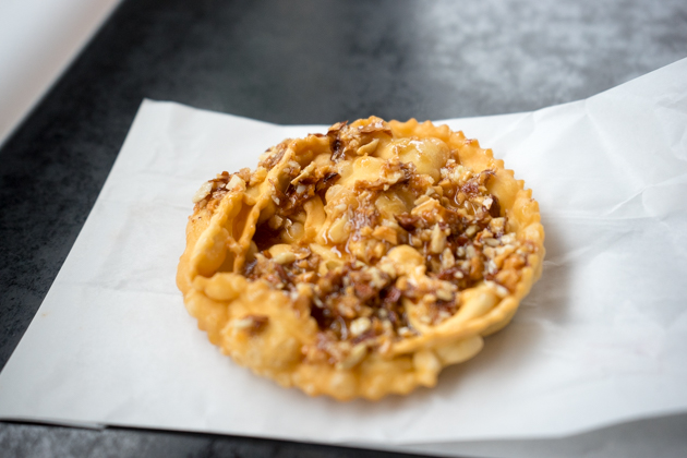 SCARTELLATE (煎糕点,做成花冠的形状,蘸糖浆食用)