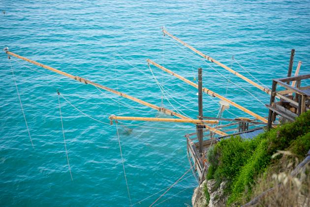 从我们坐的Trabucco往下放鱼线