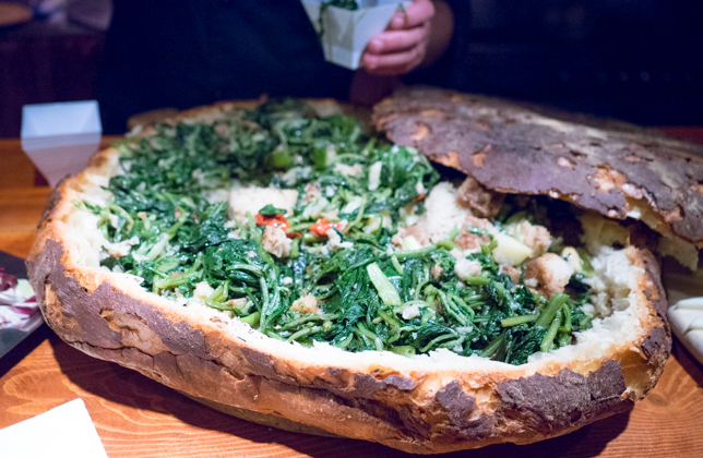 PANCOTTO(面包,以煮芥蓝、洋葱、野生菊苣、卷心菜、樱桃番茄、大蒜、月桂叶和辣椒填馅,佐以橄榄油)