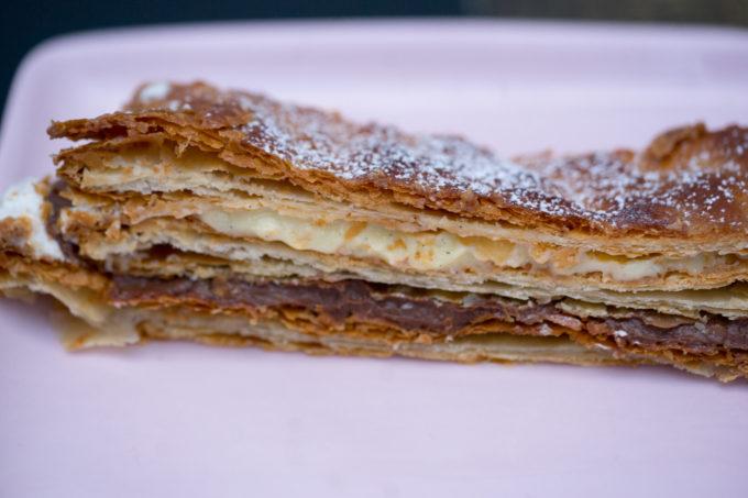 一块AGNELLO DI SFOGLIA:蓬松的酥皮层、香草沙司和巧克力沙司